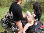Levando a esposa de um corno de motoca pra comer no mato
