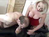 Esposa humilhando o conro fazendo ele chupar o pau do amante