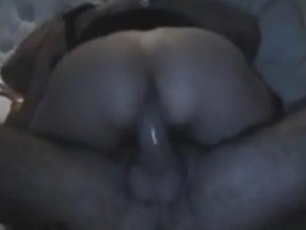 Rasgando a calcinha da esposa gostosa
